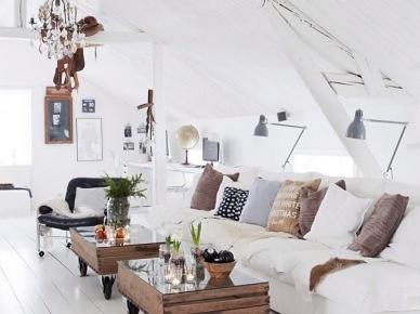 Biału loft z drewnianymi skrzynkami na kółkach ,kryształowym żyrandolem i kinkietami (20580)
