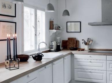 Czarno-szara posadzka w białej kuchni (19689)