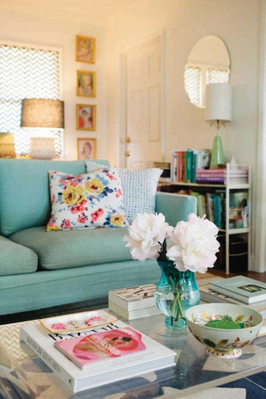 Przepiękny pokój dzienny z miętową kanapą i beżowymi detalami wprowadza cudowną atmosferę lekkości.  bezowy klosz,...