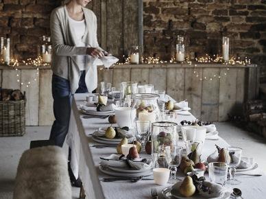 Świąteczny stół w rustykalnej kuchni z bielonym drewnem (47796)