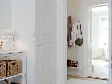 Łączenie podłogi w dwóch kolorach - bieli i drewna naturalnego (20089)