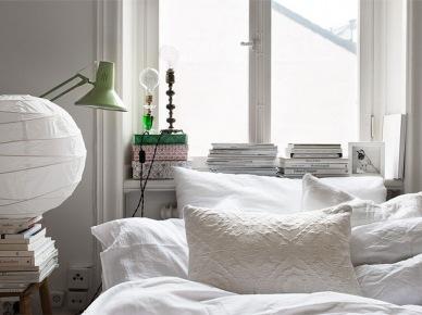 Dekoracja sypialni z białymi poduszkami, narzutą,abażurem z papieru ryżowego i mietowej lampki (21388)