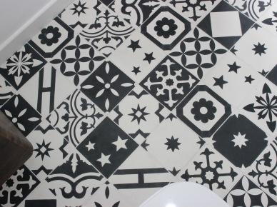 Niezwykle ciekawe motywy na podłodze wprowadzają do łazienki oryginalny charakter. Zróżnicowane wzory ożywiają klasyczną biało-czarną przestrzeń, dodając całości...