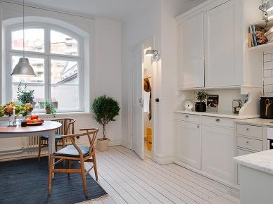 Szary dywan i drewniany stół w białej kuchni (18841)
