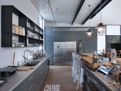 Kuchnia jest bardzo przestronna i wypełniona industrialnym klimatem. W aranżacji zastosowano mnóstwo drobnych i tych nieco większych przedmiotów, dodatków i dekoracji, które wypełniają wnętrze ciepłą rodzinną...
