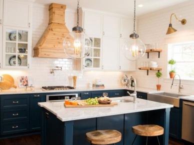 W przestronnej kuchni na samym środku umieszczono praktyczną wyspę. Ciemny kolor mebli kontrastuje z jasnymi blatami i ścianami, dzieląc w pewien sposób wnętrze na...