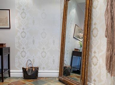 Stylowe, duże lustro stojące w przedpokoju z pastelowymi tapetami na ścianach (20382)