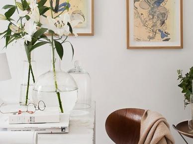 Biały stół vintage,szklane butle i wazony,drewniane krzesło w jadalni (21387)