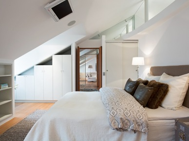 miły i elegancki apartament pod skośnym dachem - pełno tutaj wnęk zabudowanych półkami i szafami które są praktyczne, ale nie psują nastroju w domu. Białe wnętrze dopełniono krzesłami i sofami w tapicerkach z tkaniny, akcentami orientalnych dekoracji i brązowych poduszek lub świecznikami w kolorze - łagodnie i z...