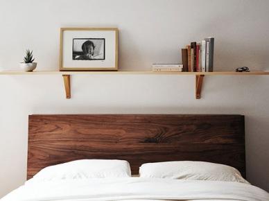 Drewniana pojedyncza półka nad brązowym łóżkiem (20893)