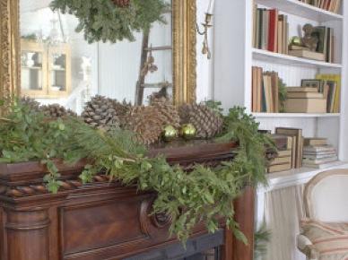 Świąteczna dekoracja kominka z zielonych gałązek i szyszek (20672)