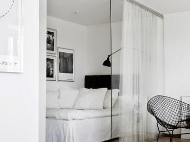 Szklana ścianka działowa w alkowie w małym mieszkaniu (47855)