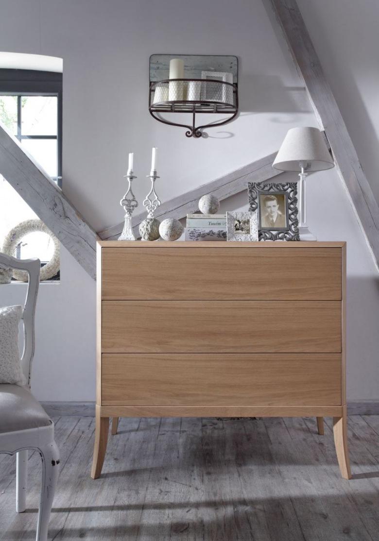 Rzeźbione świeczniki, lampka czy stare zdjęcie w ozdobnej ramie podkreślają sentymentalny klimat sypialni. Szare drewno...