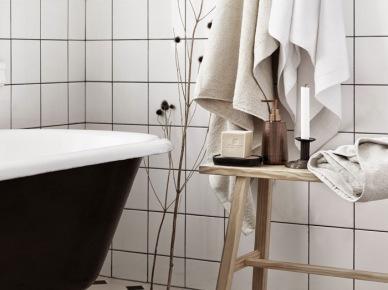 Czarna żeliwna wanna na łapkach,drewniana ławka,biała glazura w łazience w stylu skandynawskim (47897)
