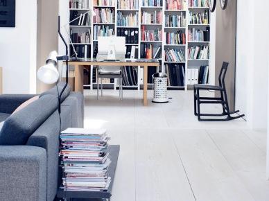 Nowoczesny salon z ciekawię wydzieloną biblioteczką i kącikiem do pracy. ostawienie regału na całą ścianę powiększą optycznie wnętrze i wprowadza...