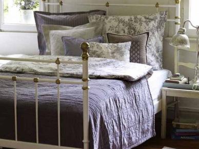 wow ! cudowny styl, przepiękne kolory lawendy,elegancka porcelana i niesamowite aranżacje wypełnione pastelowymi i lawendowymi zapachami i kolorami. Rozbielone drewno,fioletowe i wrzosowe tkaniny na stołach,szaro-beżowe donice z lawendą i koronkowe pościele - ach . Romantycznie i elegancko, świeżo i aromatycznie - to się czuje patrząc na te prowansalskie inspiracje, piękne...