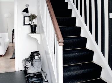 Czarne chodniki na schodach i tapeta w biało-czarne pasy na ścianie (19690)