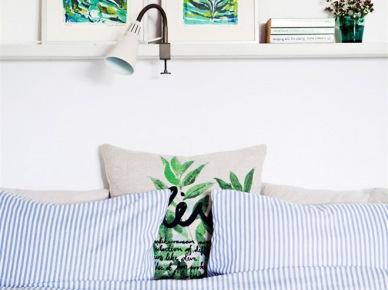 Roślinne zielone wzory na poduszkach i obrazach w białej sypialni (20891)