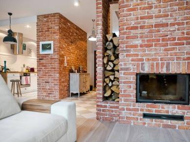 Czerwone cegły i kominek w salonie (47879)