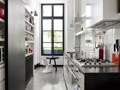 150 metrów kwadratowych, 3,60 m wysoki sufit , stare deski i beton polerowany, białe lub szare ściany,   niebieski pokój   , duże otwory w ramie w kolorze czarnym, współczesne meble, przedmioty designerskie i niektóre genialne pomysły ... coś , by inspirować bez ograniczeń. Uwielbiam...