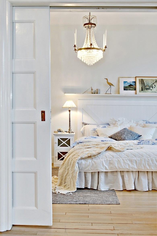 Delikatna aranżacja sypialni skąpana jest w śnieżnej bieli ocieplonej przez pojedyncze detale, które dekorują...