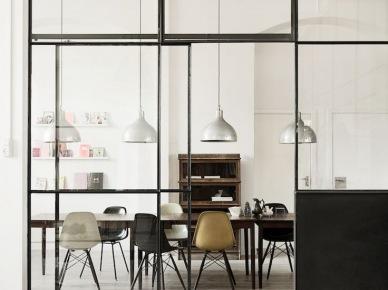 Ściana z metalowych ram i szkła dzieląca strefy w mieszkaniu (47857)