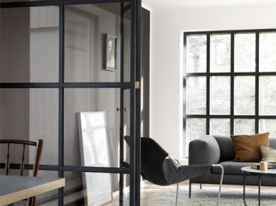 Czarne metalowe ramy ze szkłem w oknach i jako działowa ścianka w salonie (47859)