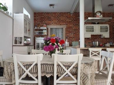 Aranżacja kuchni z jadalnią z białymi meblami (47800)
