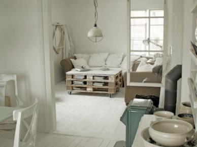 Biały salon ze stolikiem z palety, industrialna lampą i białą podłogą (20576)