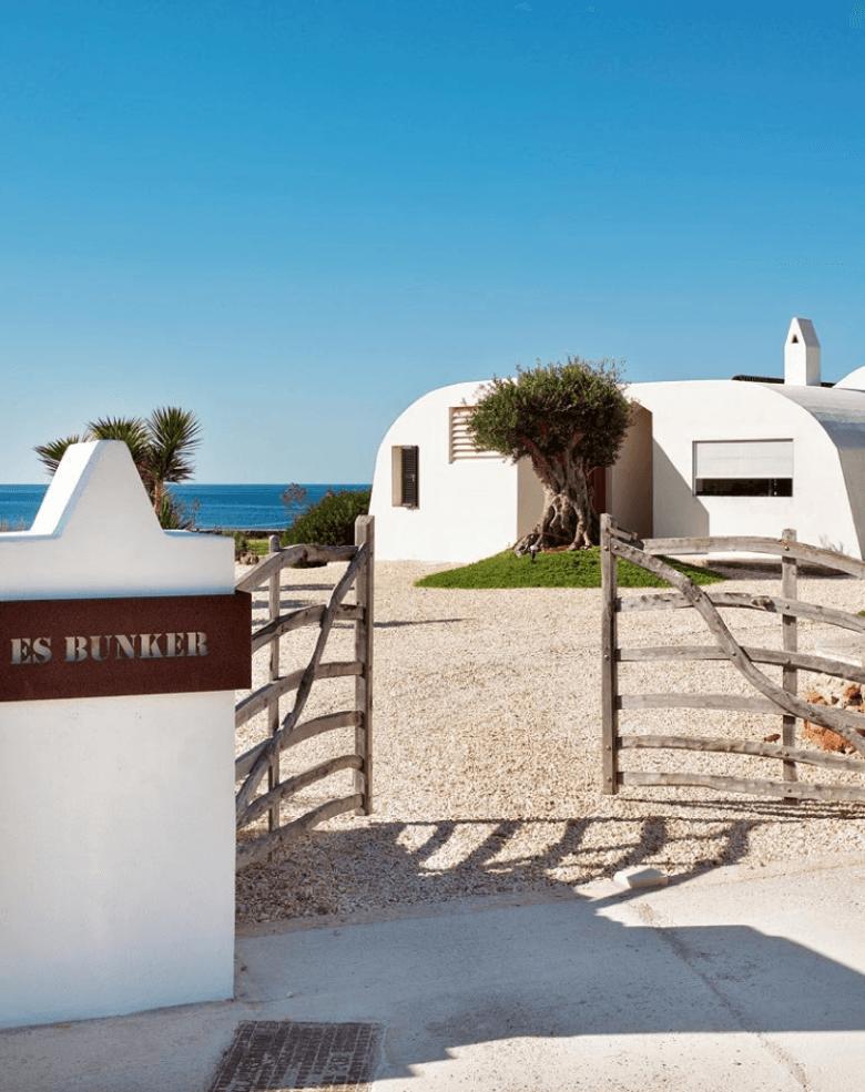 Jest to autentyczny dom śródziemnomorski, z białymi ścianami, płytkami ceramicznymi i   wapiennymi podłogami. Tu...