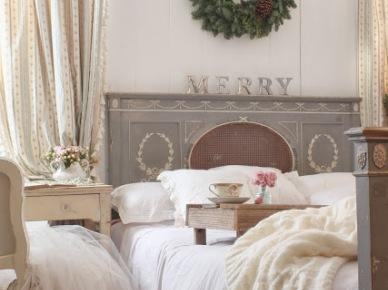 Adwentowy zielony wianek nad łóżkiem w sypialni (20681)