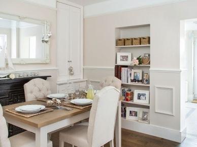 Lamperie ze sztukaterią i drewniany stół z pikowanymi krzesłami w jadalni (21723)