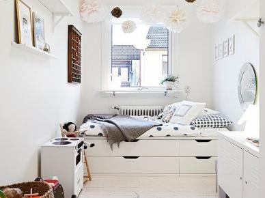 typowe mieszkanie w białej aranżacji w stylu skandynawskim - białe meble z drewna, białe ściany, proste formy mebli i dekoracji,funkcjonalne rozmieszczenie i estetyczne, subtelne dekoracje z papieru, niebieskich dzianin i biało-czarnych grafik. Milo się je ogląda i choć to znany obrazek, to wciąż urzeka indywidualnym pomysłem na optymalne rozwiązania przestrzeni i umiejętne skomponowanie dekoracji i detali - subtelne i...