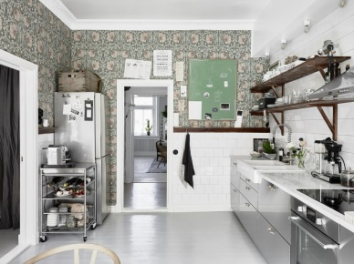 Jak połączyć stylową tapetę w kuchni z szafkami ze stali i drewnianymi tradycyjnymi półkami ? (47754)