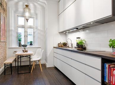 aranżacja małego mieszkania - 44 m2 - która pokazuje nam dobitnie, że na małej powierzchni można zdziałać cuda. Mamy więc mini -loft, który wyróżnia się ciepłą, eklektyczną aranżacją z elementami poprzemysłowych form. Czerwona cegła na ścianie i drewniana, zabytkowa podłoga, to jej główne...