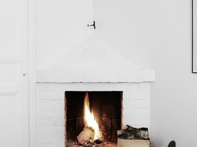 Narożny murowany kominek z białej cegły (26446)