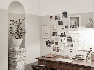 Klasyczne brązowe biurko,gięte drewniane krzesło,galeria grafik i czarno-białych fotografii na białej ścianie w domowym biurze (47762)