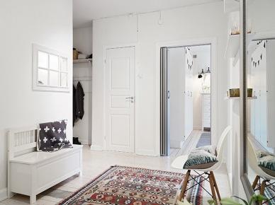 Biala ławka z drewna,etniczny dywan i nowoczesne krzesło w skandynawskim przedpokoju (21538)