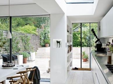 Panoramiczne przeszklone ściany i okna w otwartej aranżacji domu (47861)