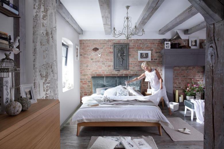 Prostokątna dekoracja tuż nad łóżkiem to tak naprawdę efektowny świecznik, który stanowi jeden z bardziej...