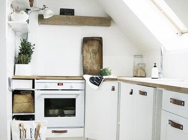 Biała kuchnia na poddaszu (47865)