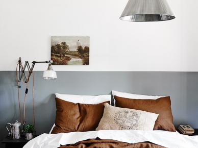 Metalowa lampa wisząca,szara lamperia na białej ścianie,biało-brązowa pościel,kinkiet na wysięgniku (47810)
