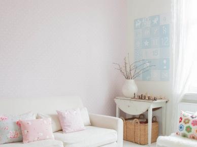 Różowe dodatki w białym pokoju (49078)