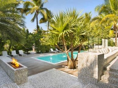 Nowoczesna,biała rezydencja z palmami. (6622)