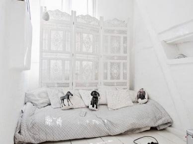 Biała sypialnia z marokańskim parawanem (20571)