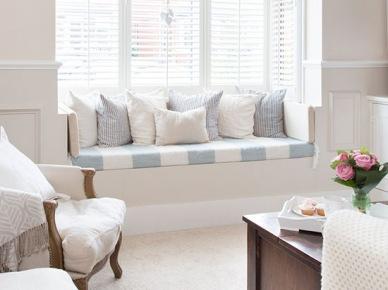 Klasyczne lamperie i siedzisko z poduszkami pod oknem w angielskim stylu (21719)