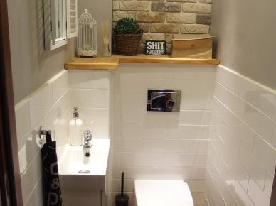 Biała łazienka z czarnymi dodatkami i drewnianą półką (49054)