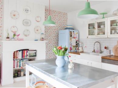 Aranżacja białej kuchni z pastelowymi dodatkami (49069)