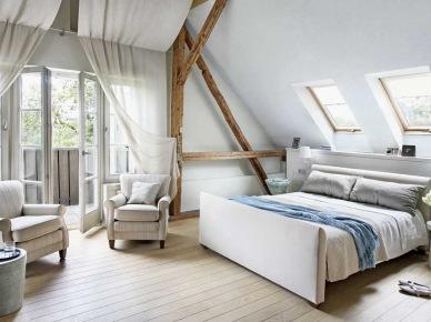 Pomysłowe zasłony w białej sypialni z tapicerowanym łóżkiem i drewnianymi belkami (22370)