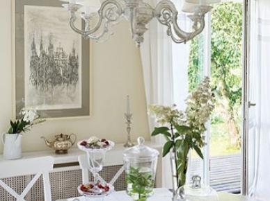Prowansalski żyrandol vintage nad stołem w jadalni (21276)